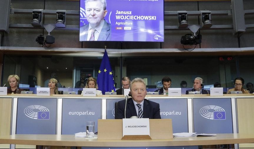 El nominado polaco, en la cuerda floja tras su examen en la Eurocámara por Alberto S. Camarasalta