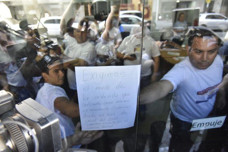 Docentes protestan y toman entrada del MEC