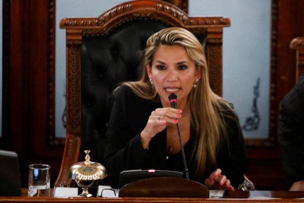La senadora opositora Jeanine Áñez asume la presidencia interina y Evo Morales lo tilda de «golpe»