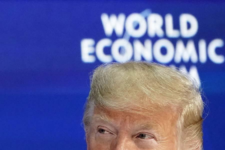 Trump vuelve a arremeter contra la Fed y afirma que economía de EEUU estaría creciendo a 4% si no hubiera subido las tasas